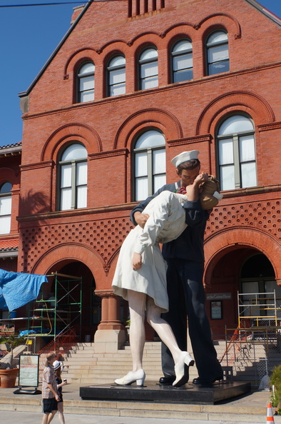 a statue of the famous WWII kiss photo